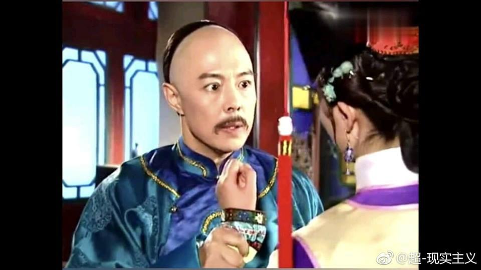 Càn Long 1997 (Trương Thiết Lâm thủ vai) mắt trợn ngược nắm tay Lệnh Phi một cách thô bạo.
