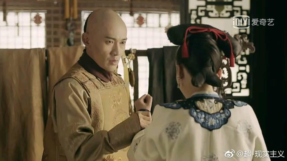 """Càn Long """"gạ"""" Anh Lạc (sau này là Lệnh Hoàng Quý Phi) treo đồ hộ để tranh thủ dằn mặt."""