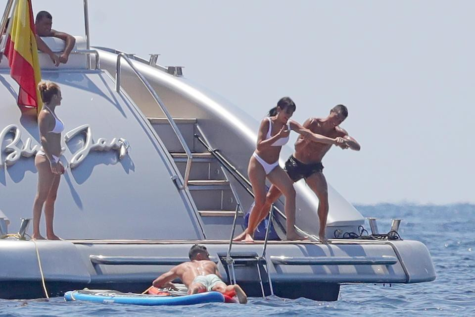 Ronaldo tinh nghịch, đẩy bạn gái khỏi du thuyền trong kì nghỉ - Ảnh 1.