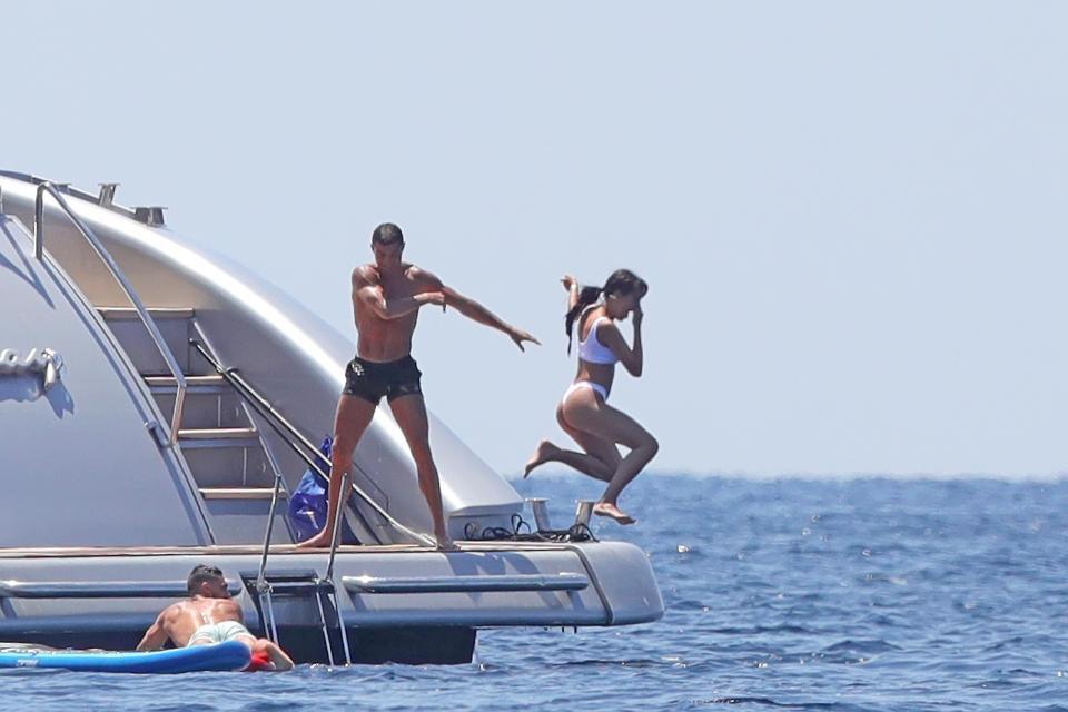 Ronaldo tinh nghịch, đẩy bạn gái khỏi du thuyền trong kì nghỉ - Ảnh 2.