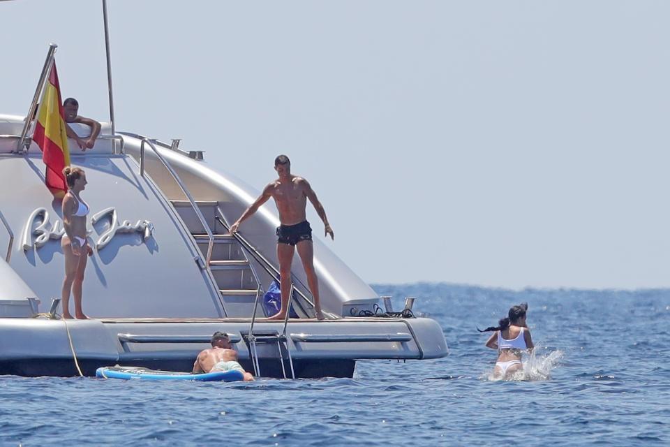 Ronaldo tinh nghịch, đẩy bạn gái khỏi du thuyền trong kì nghỉ - Ảnh 3.
