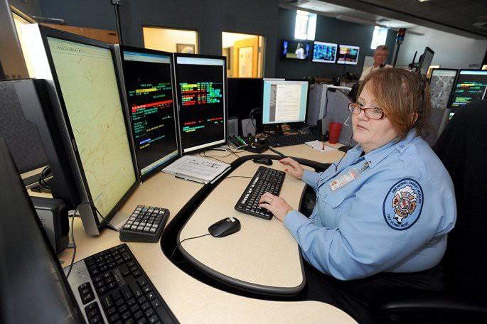 Treo thưởng 10.000 USD cũng không bói đâu ra nhân viên tổng đài khẩn cấp 911 - Ảnh 2.
