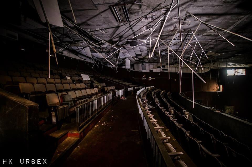 Rạp phim bị bỏ hoang ở Hong Kong: Điểm vui chơi nổi tiếng giờ chỉ còn lại đống đổ nát âm u vì những lời đồn thổi chết chóc - Ảnh 1.