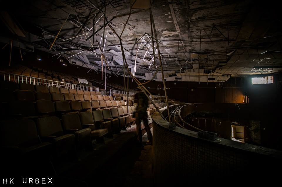 Rạp phim bị bỏ hoang ở Hong Kong: Điểm vui chơi nổi tiếng giờ chỉ còn lại đống đổ nát âm u vì những lời đồn thổi chết chóc - Ảnh 15.