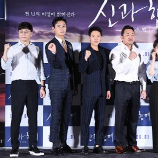 """Trong khi mọi người thể hiện rõ tinh thần """"fighting"""" ở họp báo thì Joo Ji Hoon cũng nắm chặt bàn tay nhưng lại để ngửa, không biết anh có ẩn ý gì đây?"""