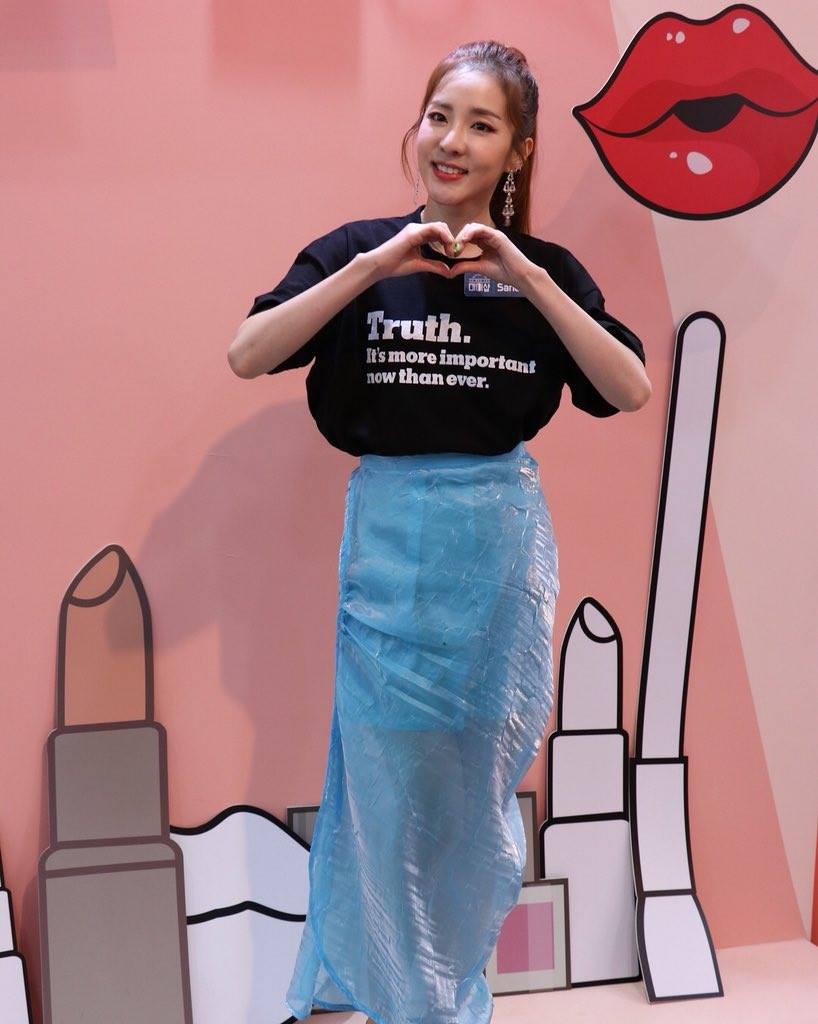 Ăn chơi không sợ mưa rơi, Dara mặc hẳn đầm làm từ áo mưa ni-lon đi dự event mới chịu - Ảnh 2.