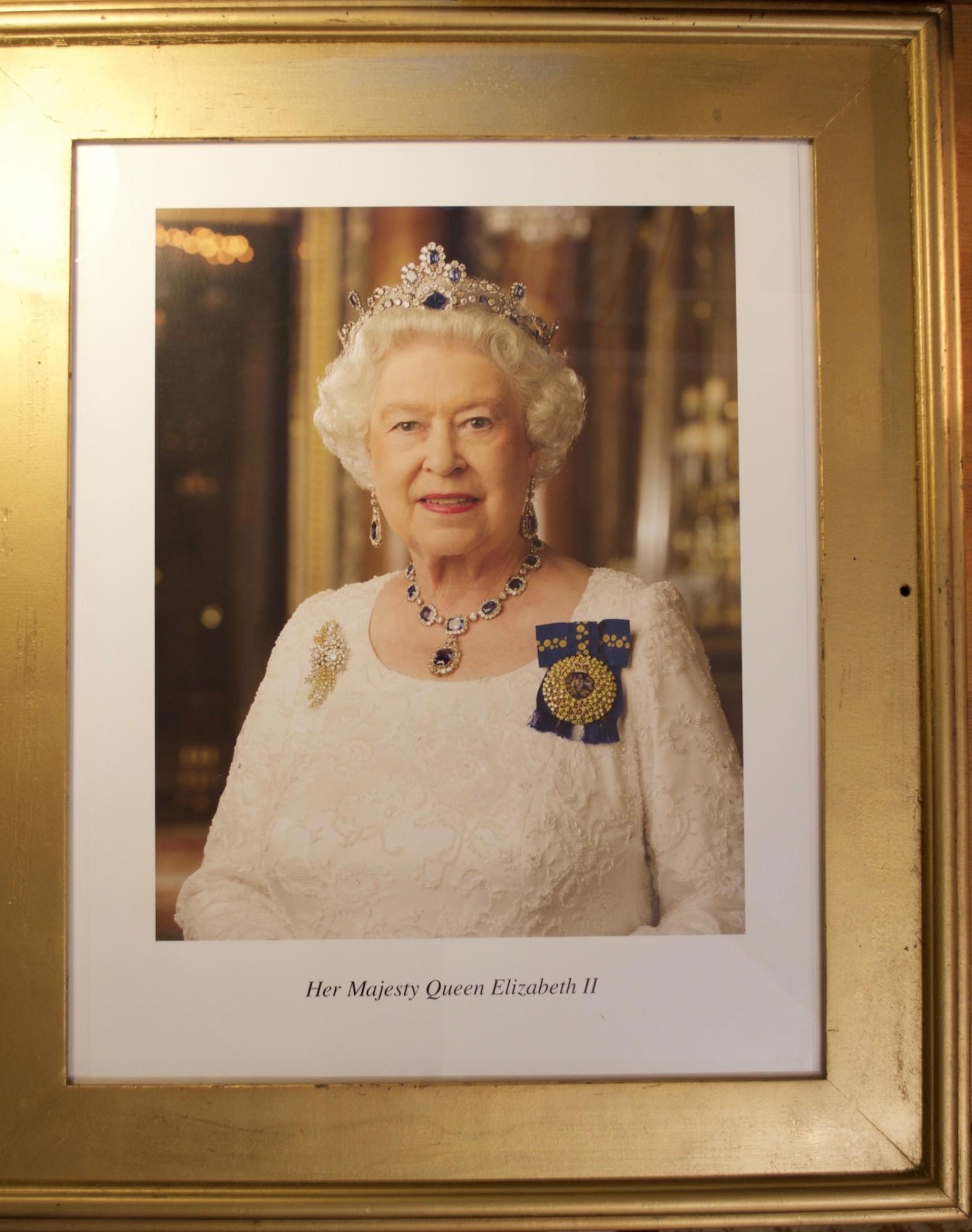 Úc: Chỉ cần gửi một cái email là có ngay chân dung nữ hoàng Anh miễn phí để treo lên tường nhà - Ảnh 2.