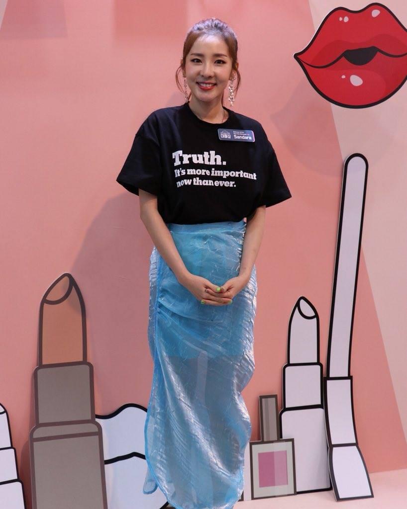 Ăn chơi không sợ mưa rơi, Dara mặc hẳn đầm làm từ áo mưa ni-lon đi dự event mới chịu - Ảnh 5.