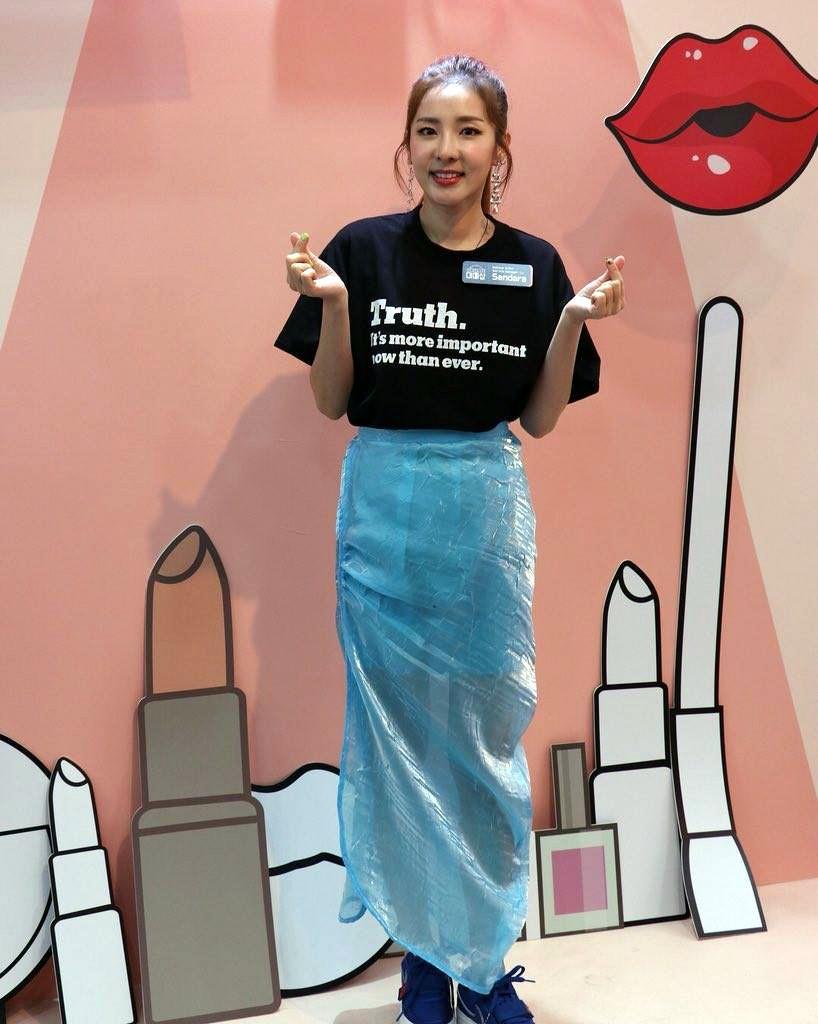 Ăn chơi không sợ mưa rơi, Dara mặc hẳn đầm làm từ áo mưa ni-lon đi dự event mới chịu - Ảnh 3.