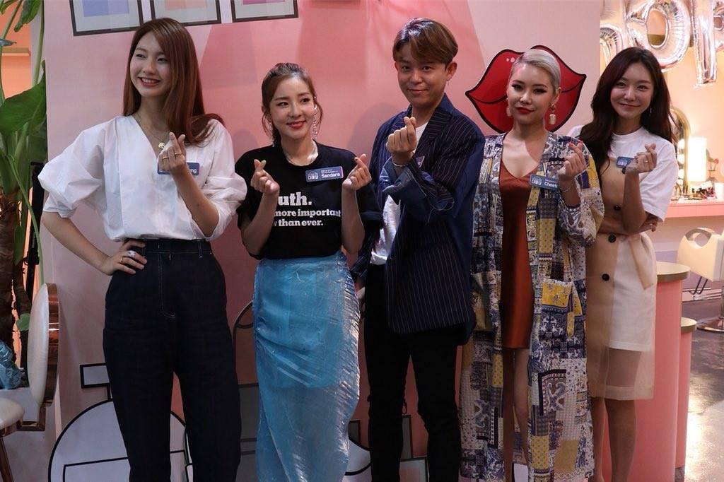 Ăn chơi không sợ mưa rơi, Dara mặc hẳn đầm làm từ áo mưa ni-lon đi dự event mới chịu - Ảnh 6.