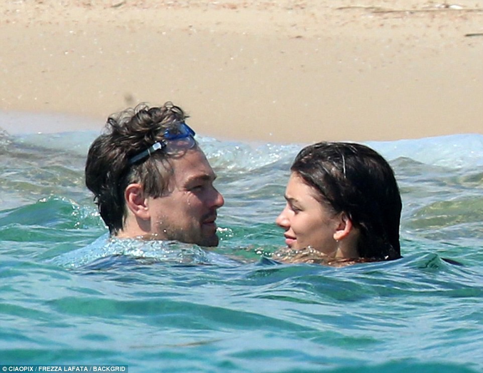 Bạn gái kém 22 tuổi của Leonardo DiCaprio khoe body nóng bỏng cực hút mắt dù ảnh chưa được photoshop - Ảnh 8.