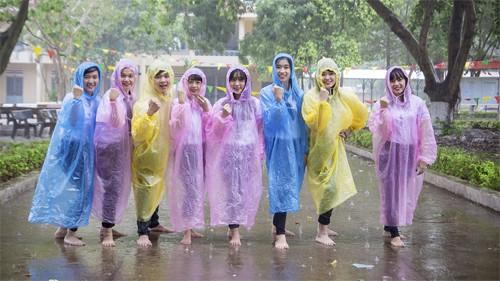 Ăn chơi không sợ mưa rơi, Dara mặc hẳn đầm làm từ áo mưa ni-lon đi dự event mới chịu - Ảnh 4.
