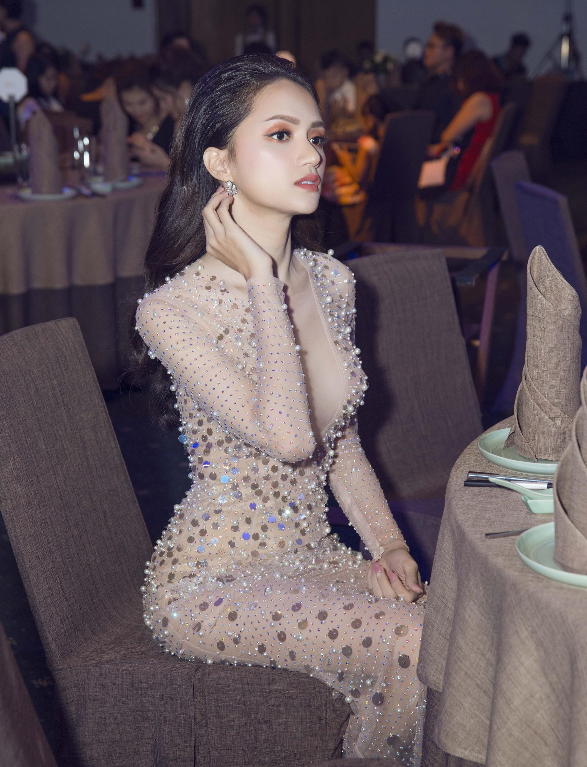 Hương Giang quyến rũ với váy xuyên thấu bó sát, Lan Khuê diện váy trắng tinh khôi như cô dâu tại sự kiện - Ảnh 3.