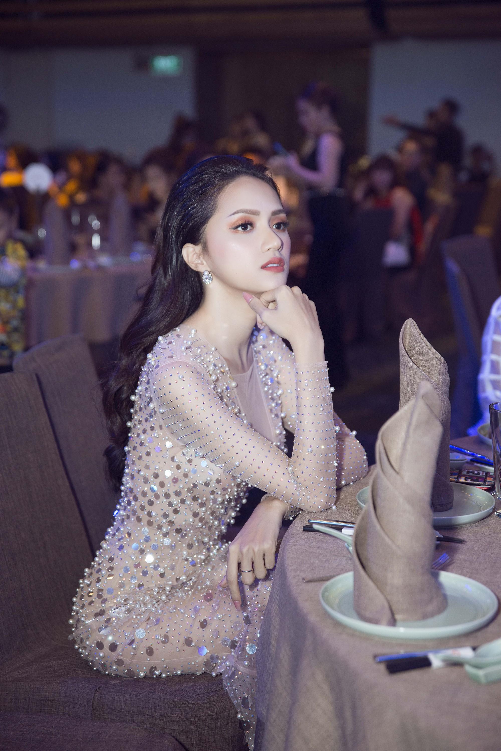 Hương Giang quyến rũ với váy xuyên thấu bó sát, Lan Khuê diện váy trắng tinh khôi như cô dâu tại sự kiện - Ảnh 4.