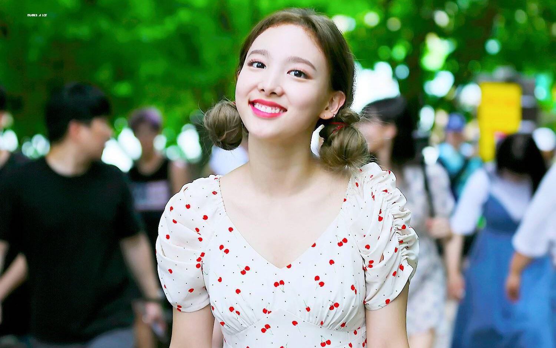 Nayeon mang tâm sự của mọi người con gái: thích kiểu váy gì thì cứ mặc mãi, còn mua hẳn 2 màu cho chắc - Ảnh 1.