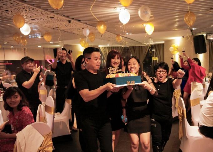 Quang Dũng hạnh phúc đón sinh nhật tròn 43 bên mẹ và bạn bè thân thiết - Ảnh 12.