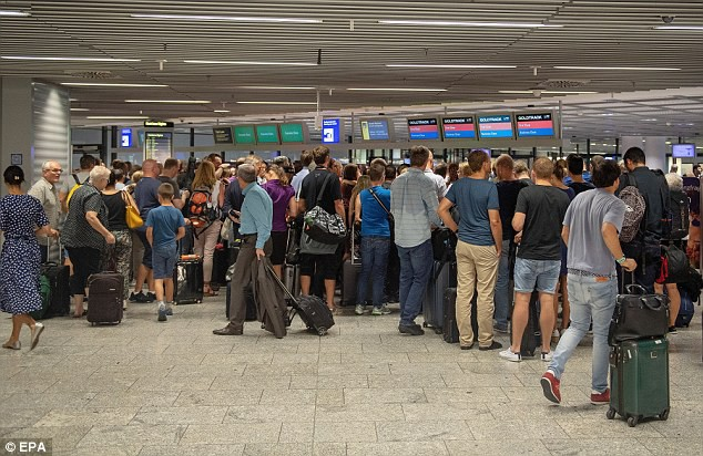 Sân bay Đức phải hủy chuyến, cảnh sát vũ trang ập tới vì một món đồ chơi - Ảnh 1.