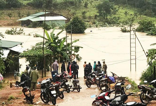 Hàng trăm người dân vùng biên ở Kon Tum bị cô lập do mưa lũ - Ảnh 2.