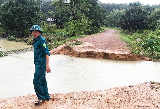 Hàng trăm người dân vùng biên ở Kon Tum bị cô lập do mưa lũ - Ảnh 3.
