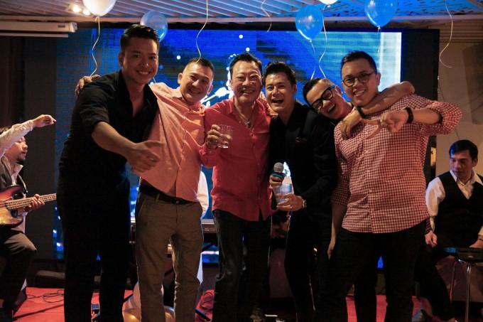 Quang Dũng hạnh phúc đón sinh nhật tròn 43 bên mẹ và bạn bè thân thiết - Ảnh 6.