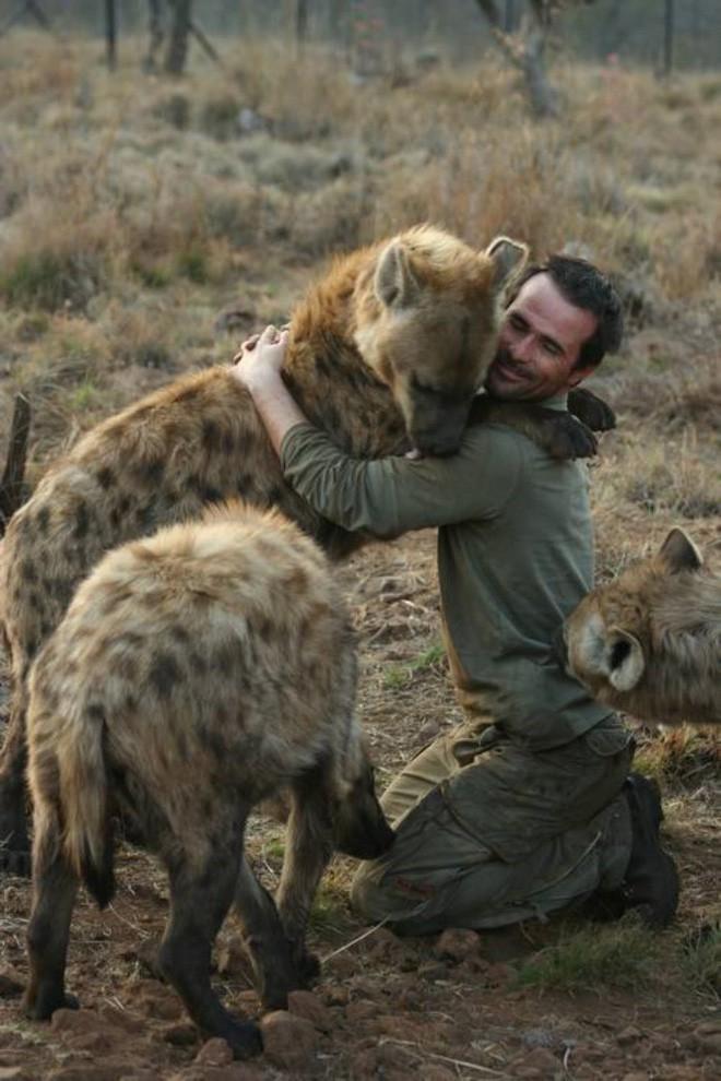 Người đàn ông khiến vua sư tử cũng bị khuất phục và hiền lành như mèo - Ảnh 5.