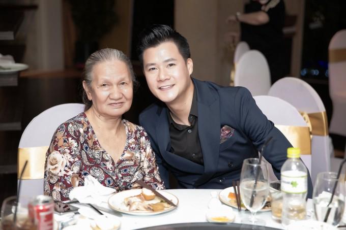 Quang Dũng hạnh phúc đón sinh nhật tròn 43 bên mẹ và bạn bè thân thiết - Ảnh 9.