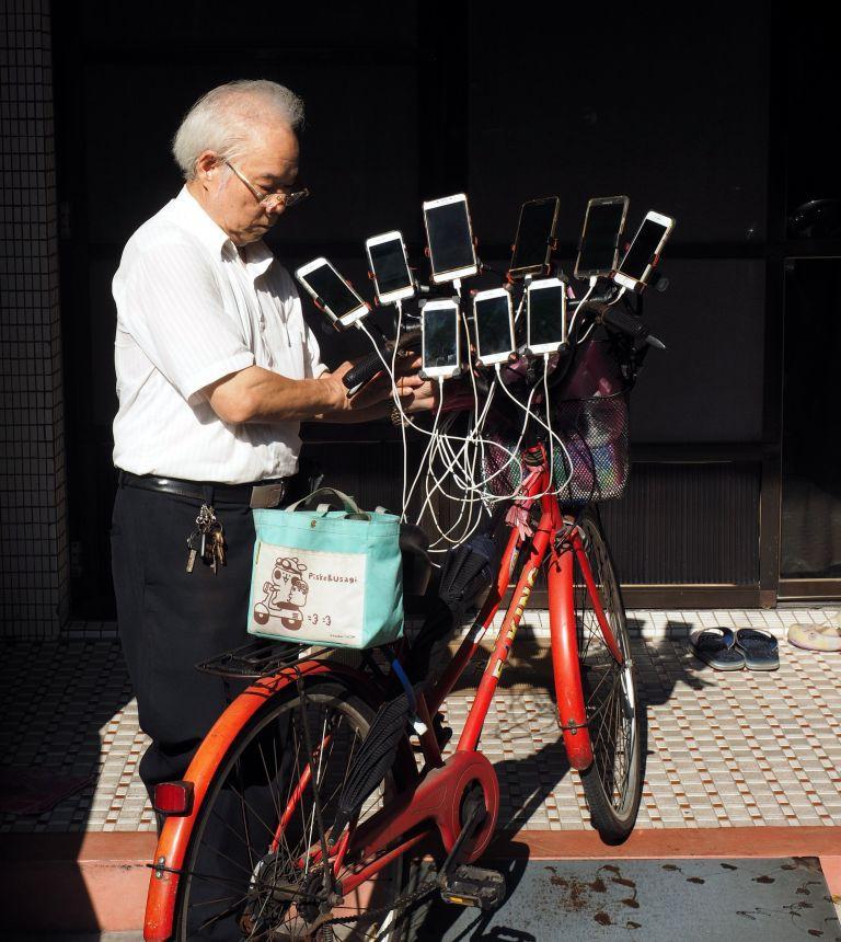 Gừng càng già càng cay: Ông lão gắn 11 smartphone vào xe đạp đi khắp nơi để bắt Pokemon - Ảnh 2.