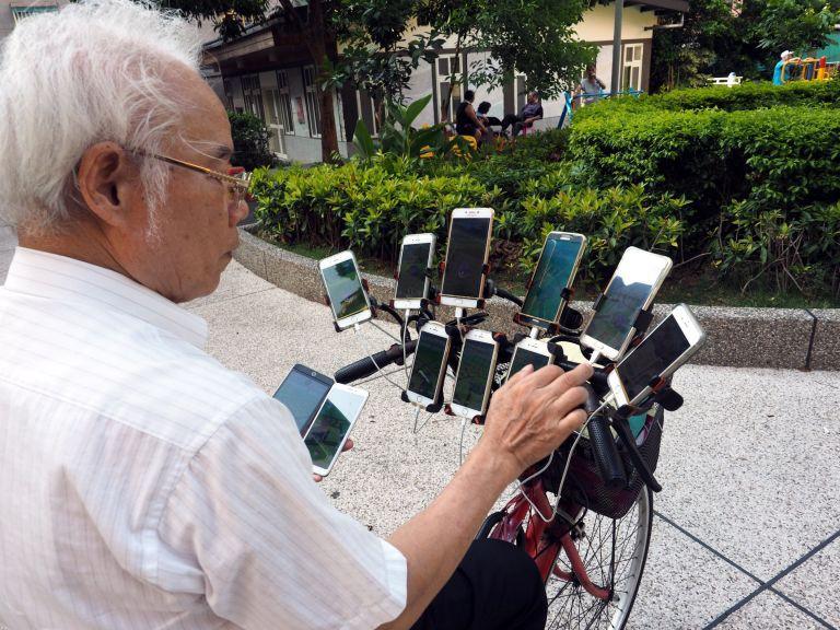 Gừng càng già càng cay: Ông lão gắn 11 smartphone vào xe đạp đi khắp nơi để bắt Pokemon - Ảnh 3.