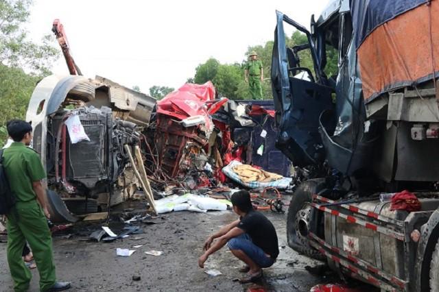 Hà Tĩnh: Xe container đấu đầu nổ lớn, 2 tài xế tử vong trong cabin - Ảnh 1.
