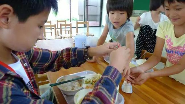 Chỉ một bữa trưa của học sinh tiểu học đã cho thấy người Nhật bỏ xa thế giới ở lĩnh vực trồng người như thế nào - Ảnh 9.
