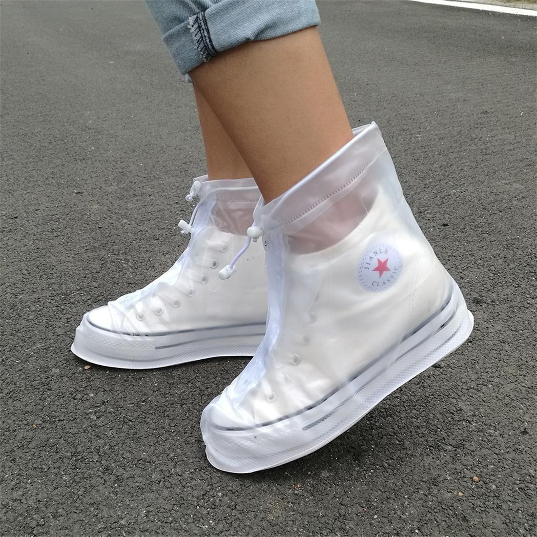 Cứ mưa bẩn thế này thì cũng đến mức phải sắm mấy cái bao giày đi mưa thôi - Ảnh 1.