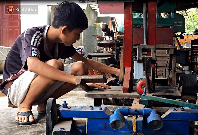 Nam sinh lớp 9 chế tạo ô tô điện từ gỗ và phế liệu để chở các em nhỏ đi học - Ảnh 4.