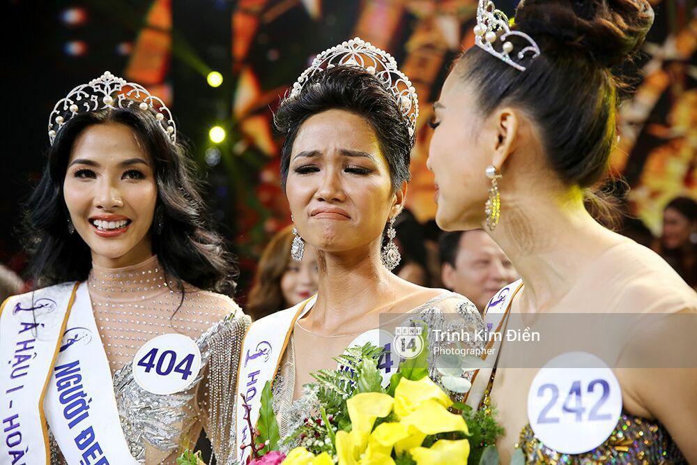"""Biểu cảm lúc đăng quang không rõ """"cười hay mếu"""" của Tân hoa hậu Hoàn vũ H'Hen Niê lại thành nguồn chế ảnh bất tận! - Ảnh 2."""