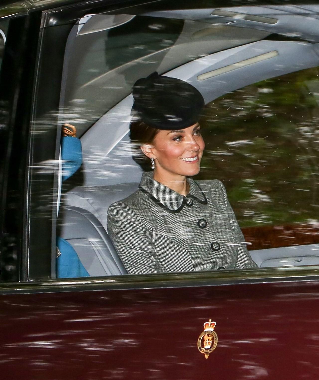 Chỉ nhờ bức ảnh chụp vội qua cửa kính xe, các fan đã nhận ra một chi tiết rất đáng kinh ngạc ở Công nương Kate - Ảnh 2.