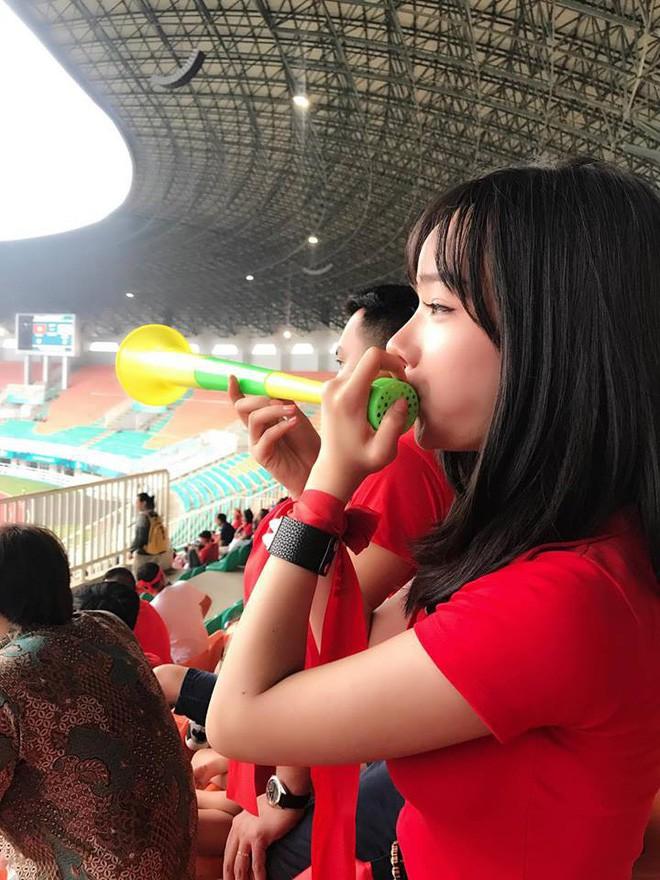 Đã tìm ra info của nàng CĐV Việt Nam xinh đẹp xuất hiện trên truyền hình Hàn Quốc - Ảnh 3.