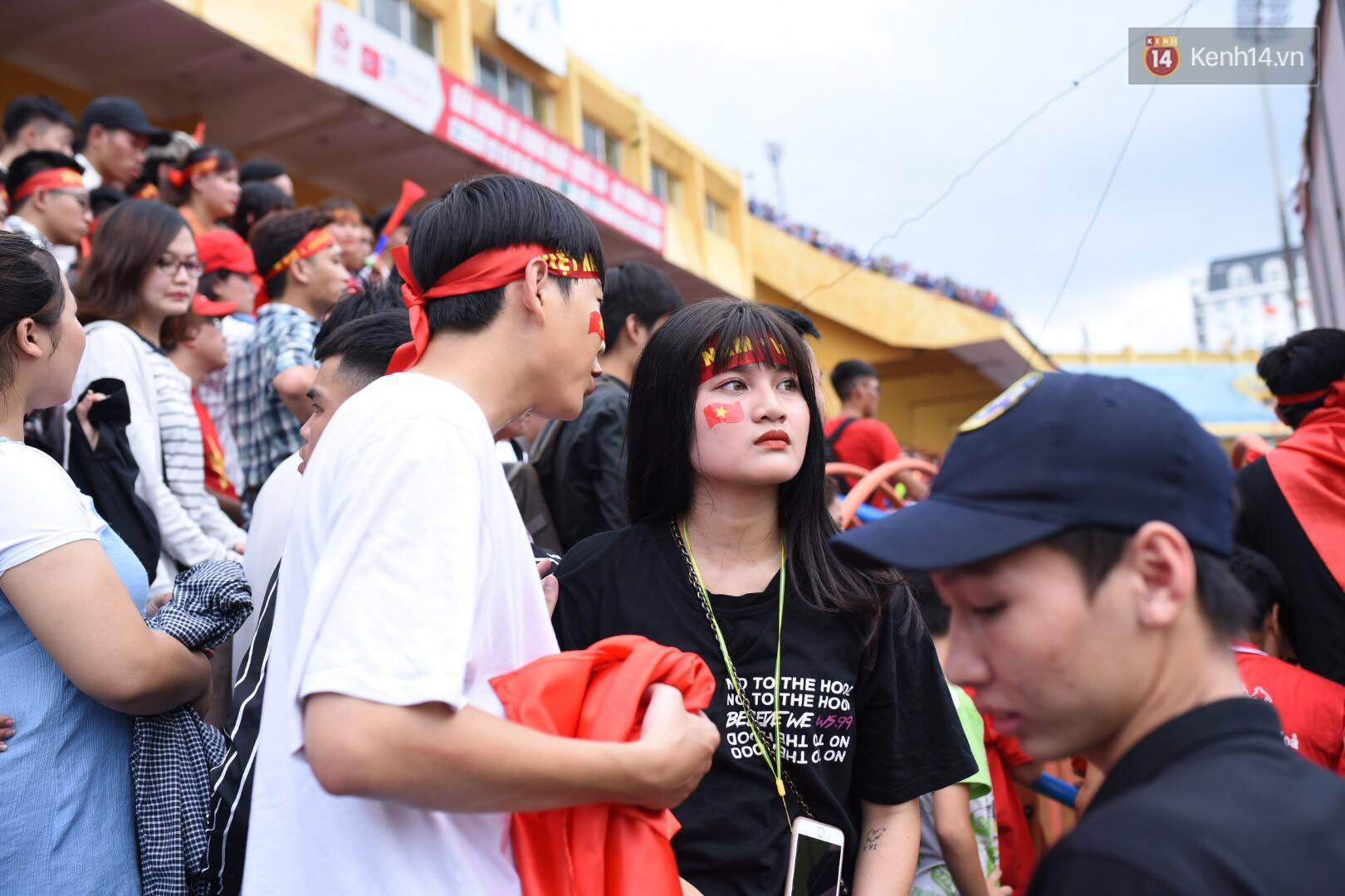 Hot boy trường Y gây chú ý khi xuất hiện trên khán đài cổ vũ Olympic Việt Nam cùng một cô gái lạ - Ảnh 4.