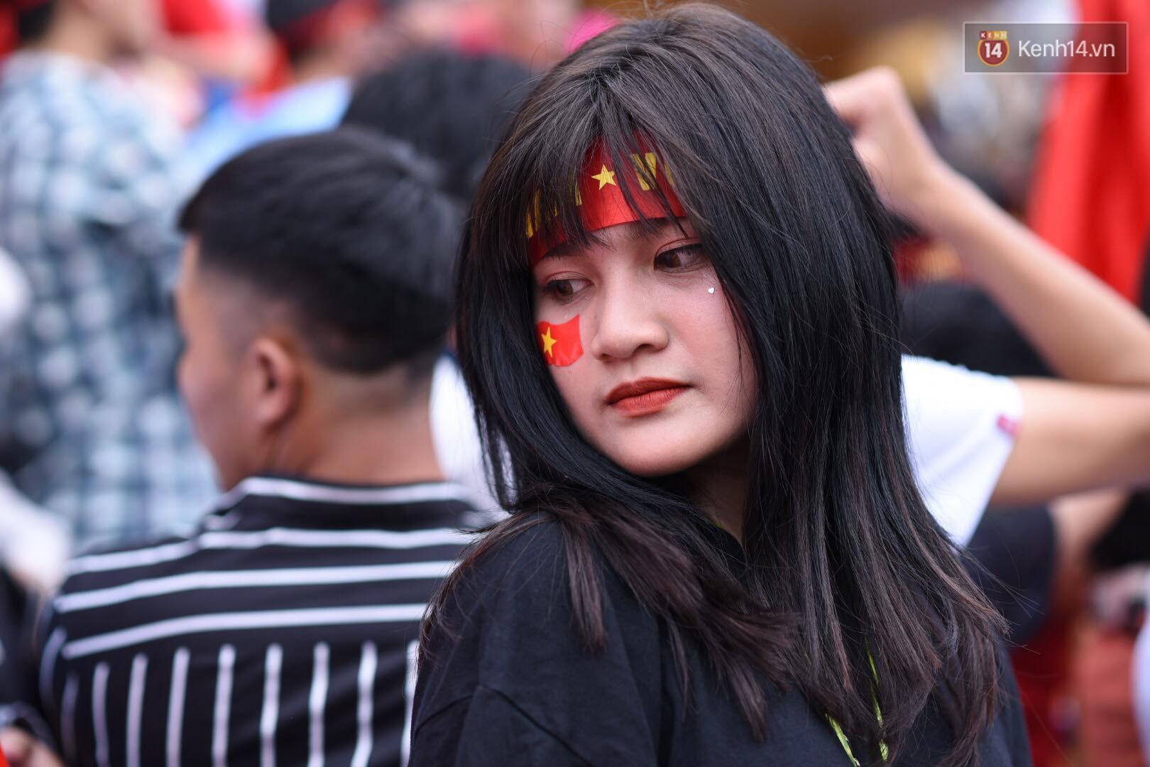 Hot boy trường Y gây chú ý khi xuất hiện trên khán đài cổ vũ Olympic Việt Nam cùng một cô gái lạ - Ảnh 5.