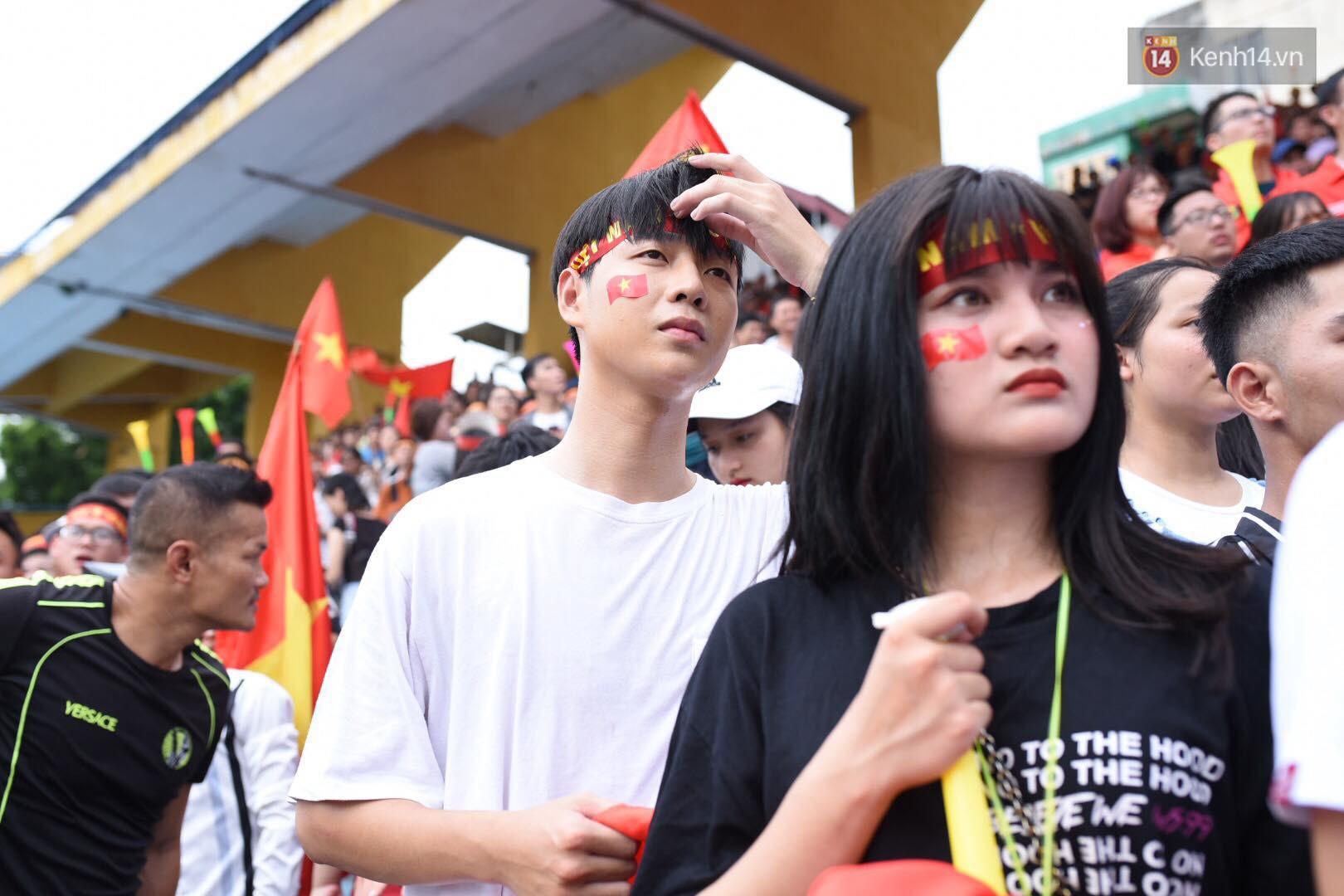 Hot boy trường Y gây chú ý khi xuất hiện trên khán đài cổ vũ Olympic Việt Nam cùng một cô gái lạ - Ảnh 9.