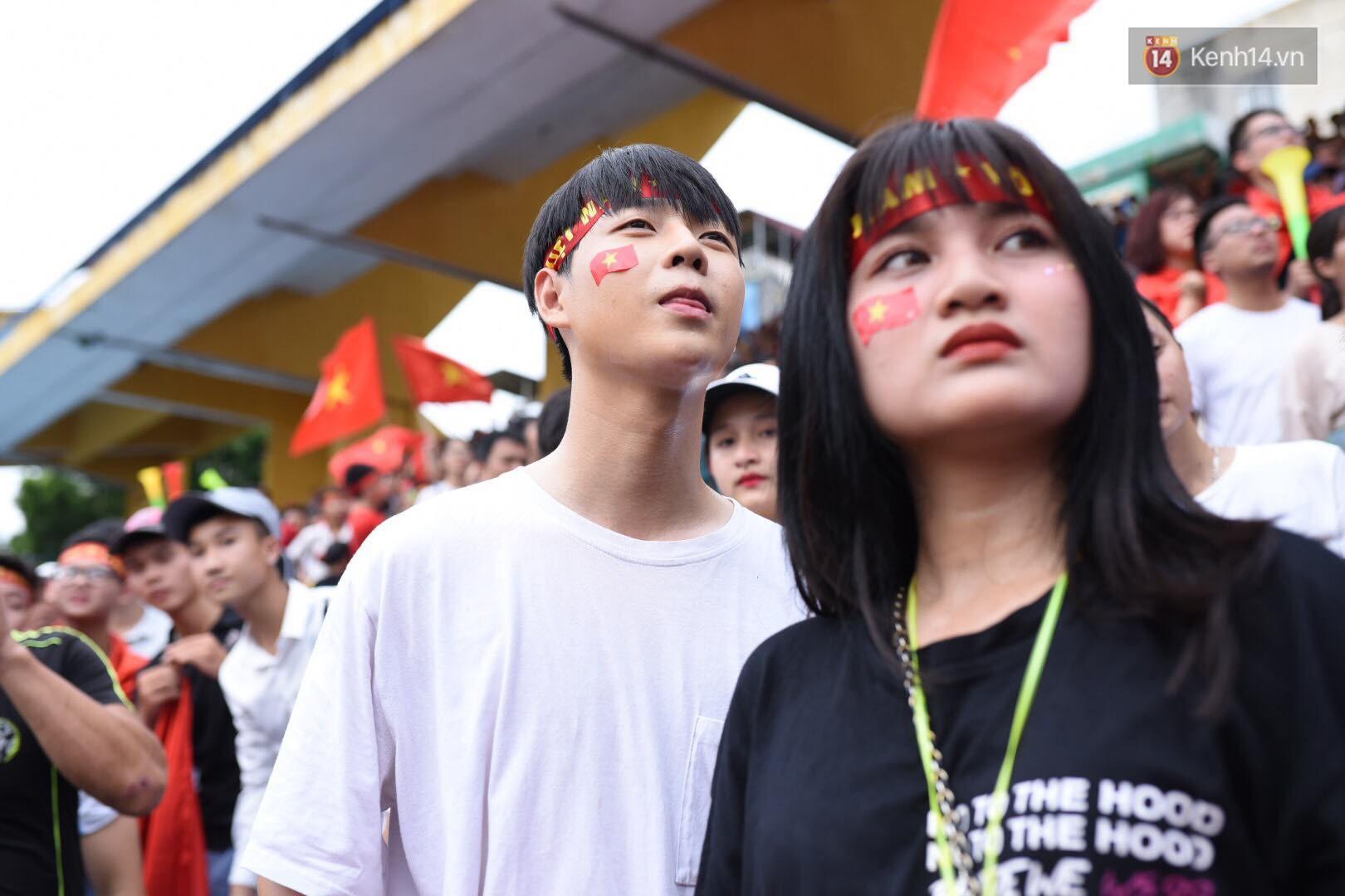 Hot boy trường Y gây chú ý khi xuất hiện trên khán đài cổ vũ Olympic Việt Nam cùng một cô gái lạ - Ảnh 6.