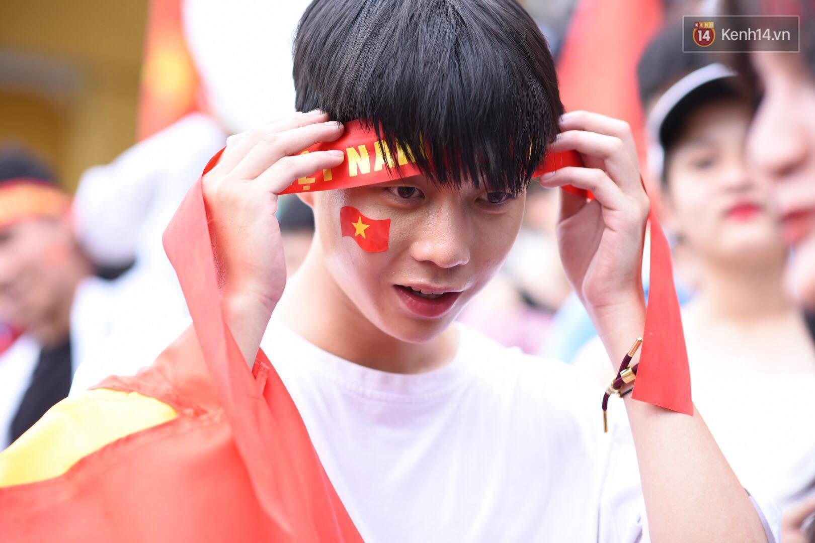 Hot boy trường Y gây chú ý khi xuất hiện trên khán đài cổ vũ Olympic Việt Nam cùng một cô gái lạ - Ảnh 7.