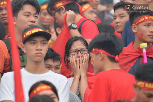 Ảnh: Người hâm mộ thẫn thờ, ôm mặt khóc nức nở khi Olympic Việt Nam vuột mất HCĐ ASIAD một cách đáng tiếc sau loạt đá luân lưu - Ảnh 5.
