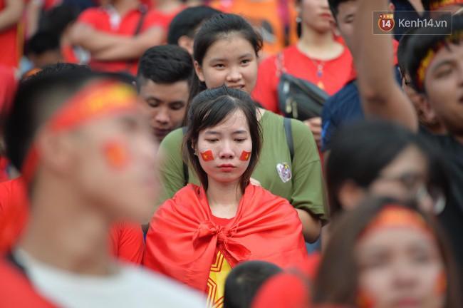 Ảnh: Người hâm mộ thẫn thờ, ôm mặt khóc nức nở khi Olympic Việt Nam vuột mất HCĐ ASIAD một cách đáng tiếc sau loạt đá luân lưu - Ảnh 7.