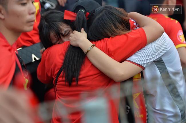 Ảnh: Người hâm mộ thẫn thờ, ôm mặt khóc nức nở khi Olympic Việt Nam vuột mất HCĐ ASIAD một cách đáng tiếc sau loạt đá luân lưu - Ảnh 1.