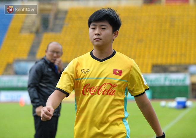 Chàng trợ lý tiếng Anh có gương mặt bầu bĩnh luôn theo sát HLV Park Hang Seo và Olympic Việt Nam là ai? - Ảnh 2.