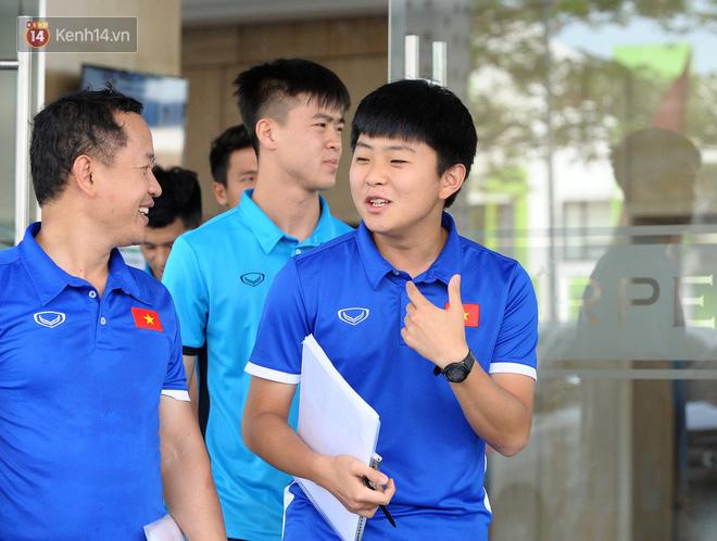 Chàng trợ lý tiếng Anh có gương mặt bầu bĩnh luôn theo sát HLV Park Hang Seo và Olympic Việt Nam là ai? - Ảnh 1.