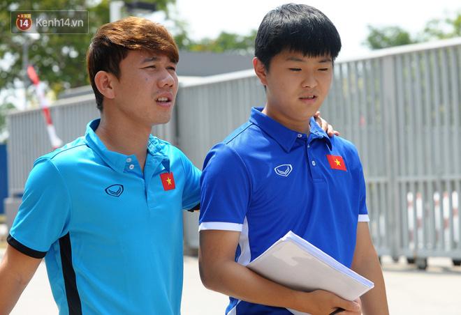 Chàng trợ lý tiếng Anh có gương mặt bầu bĩnh luôn theo sát HLV Park Hang Seo và Olympic Việt Nam là ai? - Ảnh 11.