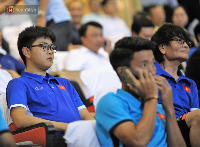 Chàng trợ lý tiếng Anh có gương mặt bầu bĩnh luôn theo sát HLV Park Hang Seo và Olympic Việt Nam là ai? - Ảnh 3.