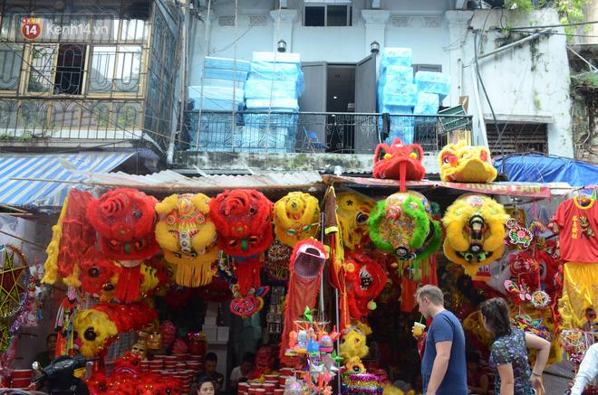 Phố Hàng Mã rục rịch mùa Trung thu: Hàng Trung Quốc vắng bóng, lồng đèn truyền thống lên ngôi - Ảnh 2.
