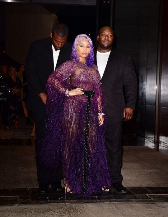 Hết drama này đến rắc rối khác, Nicki Minaj bị đạp rách váy tới mức hét toáng: Vòng 3 tôi lộ ra hết rồi! - Ảnh 3.