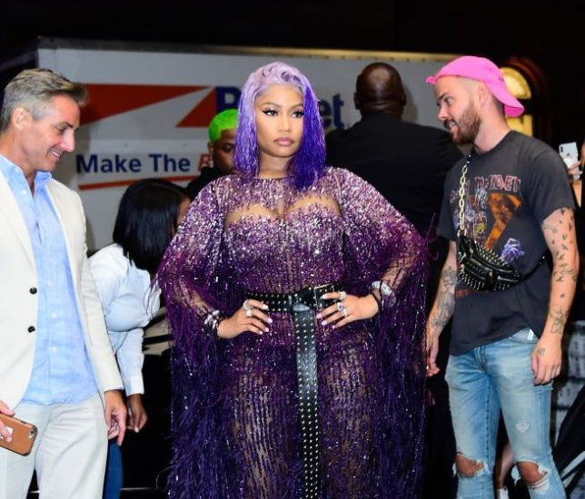 Hết drama này đến rắc rối khác, Nicki Minaj bị đạp rách váy tới mức hét toáng: Vòng 3 tôi lộ ra hết rồi! - Ảnh 2.
